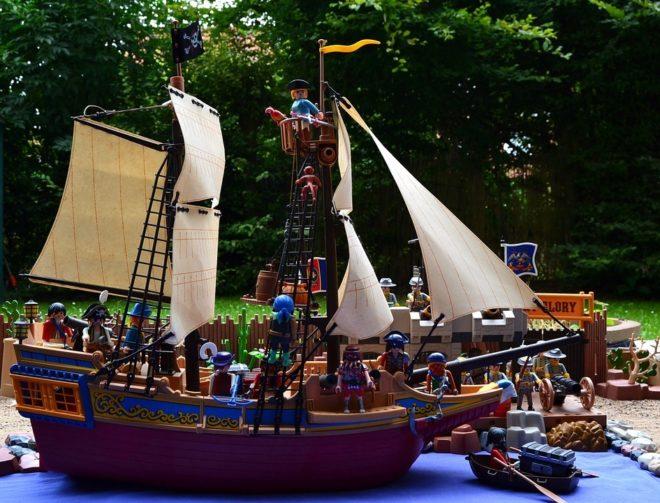 Bateau pirate playmobil en mer